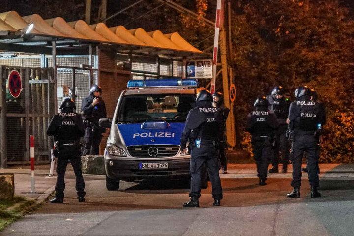 Polizisten stehen auf der Straße.