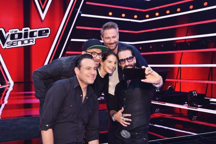 """Sascha Vollmer (vorn), Mark Forster (hinten, links), Yvonne Catterfeld, Sasha (hinten), Alec Völkel (rechts) sind die Juroren der neuen TV-Show """"The Voice Senior""""."""