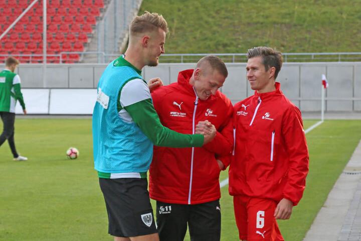 Sebastian Mai begrüsst seine alten Kollegen Christoph Goebel (re.) und Marc Philipp Zimmermann.