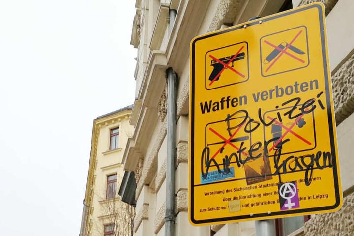 """""""Polizei hinterfragen"""" haben Unbekannte auf dieses Schild geschrieben und vier Aufkleber angebracht."""