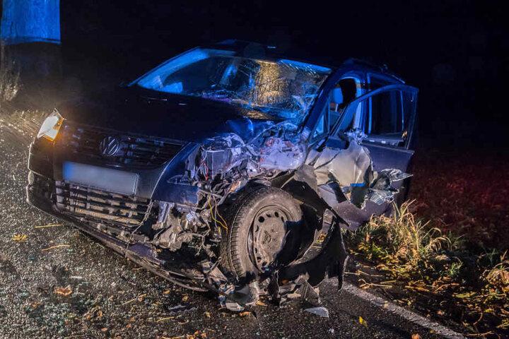 Der VW war bei dem Unfall auf ein Feld geschleudert.