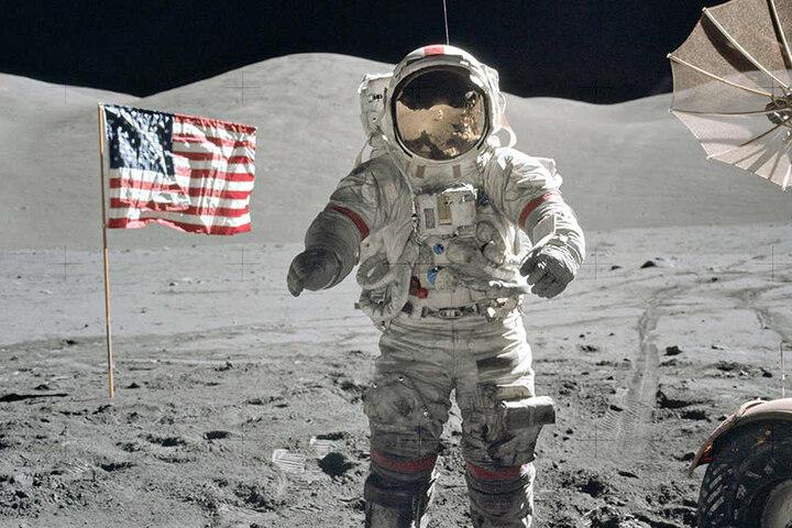 Bei der ersten Mondlandung brachten die Astronauten Proben vom Mond mit.