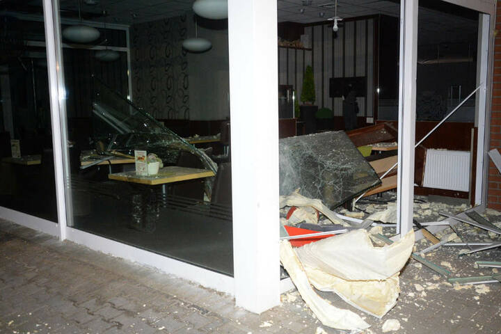 Auch ein kleines Café wurde von herumfliegenden Teilen getroffen.