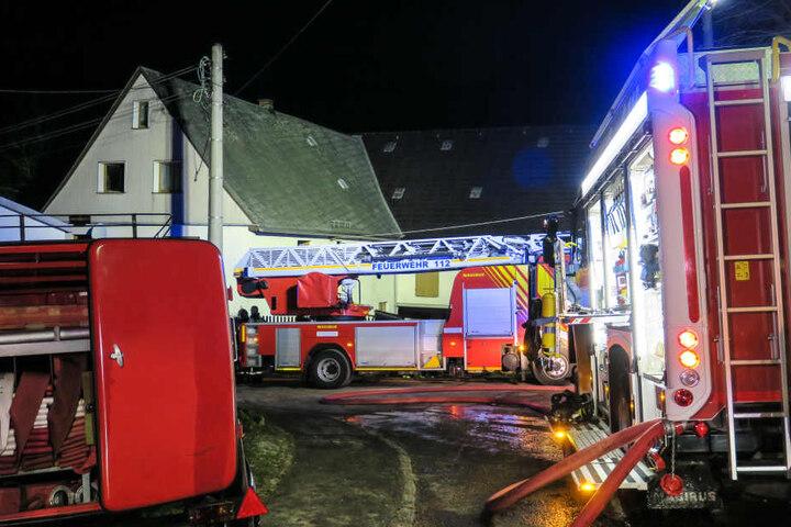 Die Feuerwehr war mit einem Großaufgebot an dem Dreiseitenhof im Einsatz.
