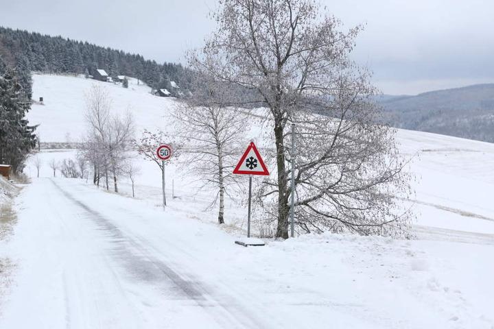 In Teilen vom Erzgebirge gibt es eine geschlossene Schneedecke.