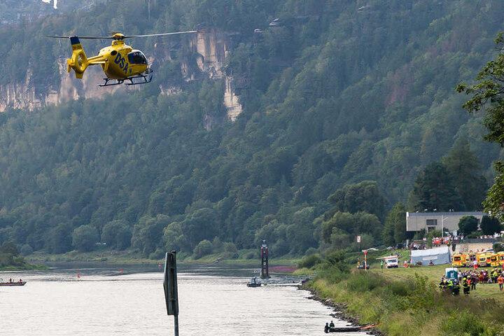 Auch Rettungshubschrauber und viele Rettungsboote waren an der Übung beteiligt: Viele Schaulustige beobachteten das Szenario interessiert vom Ufer aus.