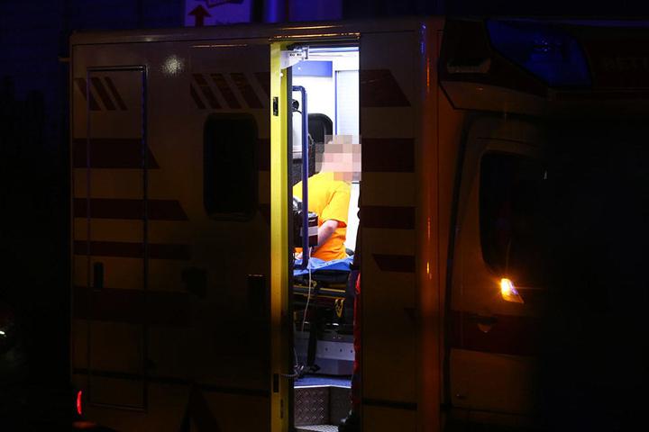 Der Bewohner wurde offenbar in Begleitung der Polizei in ein Krankenhaus gebracht.