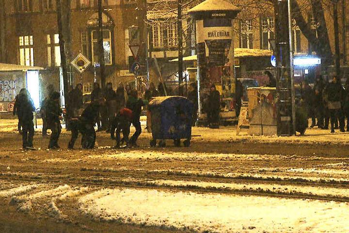 Auch Mülltonnen landeten kurzzeitig auf der Straße.