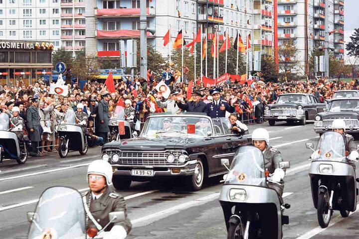 Tausende Ostberliner jubelten am 21. September 1978 auf der Karl-Marx-Allee Sigmund Jähn und Waleri Bykowski bei einer Parade zu. Im offenen Wagen hatte sich Erich Honecker zwischen die Kosmonauten gedrängt.