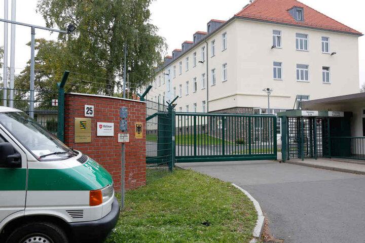 In der Erstaufnahmeeinrichtung am Adalbert-Stifter-Weg wollte ein Bewohner offenbar aus dem dritten Stock springen.