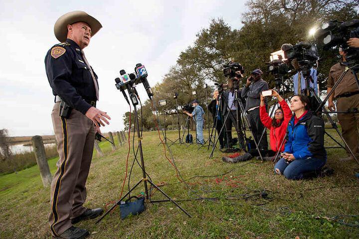 Chambers County Sheriff Brian Hawthorne gab bei einer Pressekonferenz Auskunft über den Absturz.