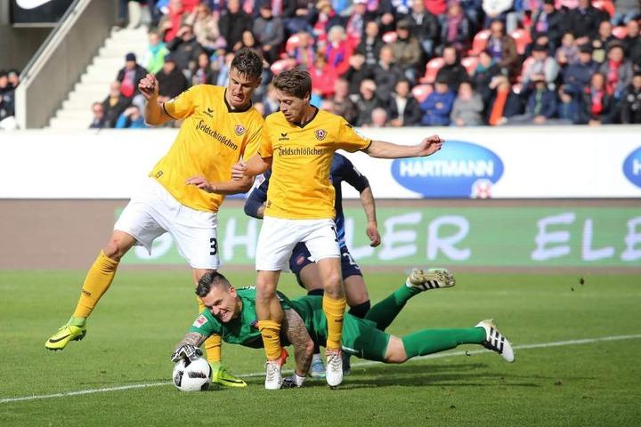 Heidenheims Keeper Kevin Müller krallt sich den Ball zwischen Stefan Kutschke (l.)und Andreas Lambertz.