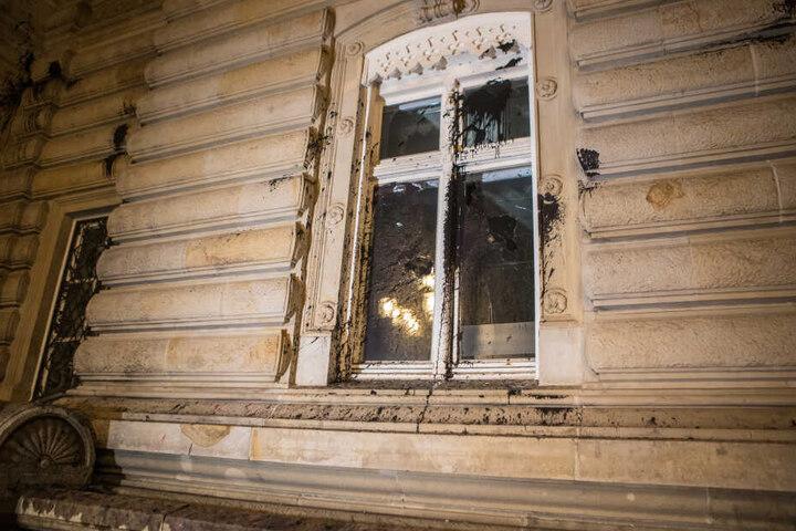 Steine flogen, Fensterscheiben barsten und auch an Farbe wurde bei der Attacke nicht gespart.