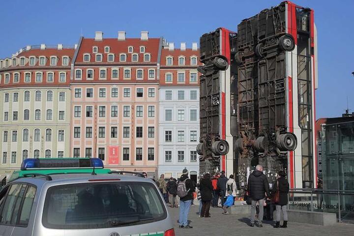 In Dresden sorgten die drei aufgerichteten Busse für hitzige Diskussionen.