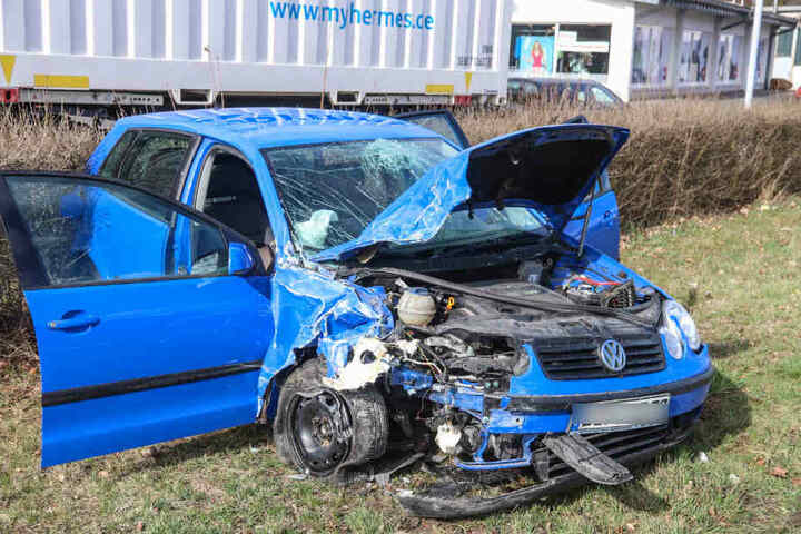 Der Autofahrer wurde bei dem Unfall schwer verletzt.