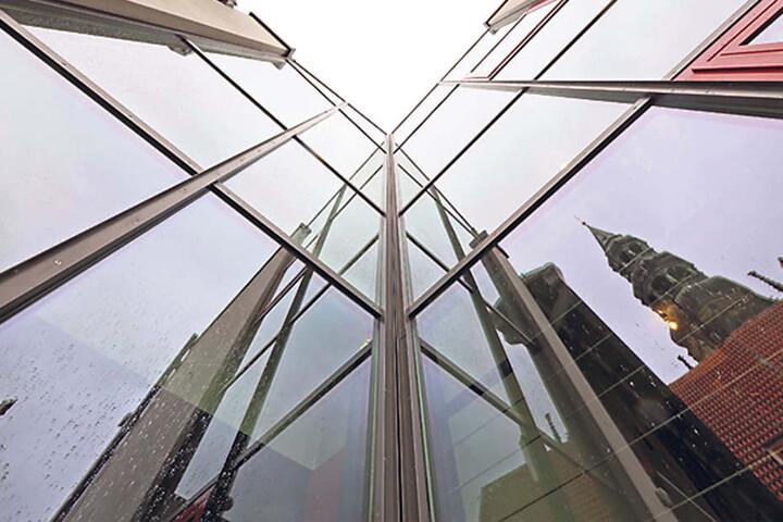 Zwickaus Priesterhäuser haben ein Problem: Die schmucke Glasfassade des  Anbaus hat erhebliche Mängel.