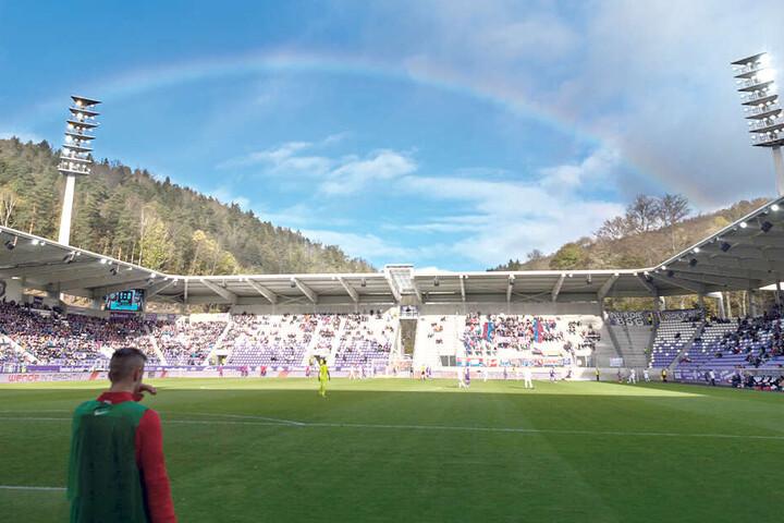 Tolles Panorama: Über dem Erzgebirgsstadion wölbt sich vor der Partie gegen Heidenheim ein Regenbogen.
