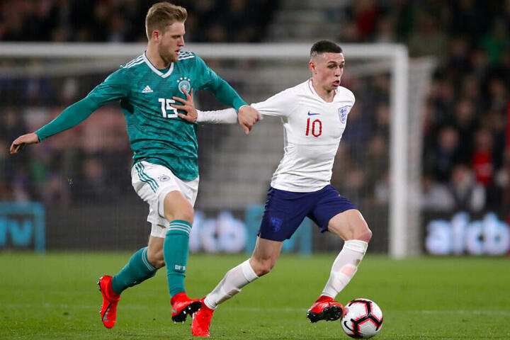 Arne Maier kämpft beim U-21-Länderspiel gegen England mit Phil Foden um den Ball.