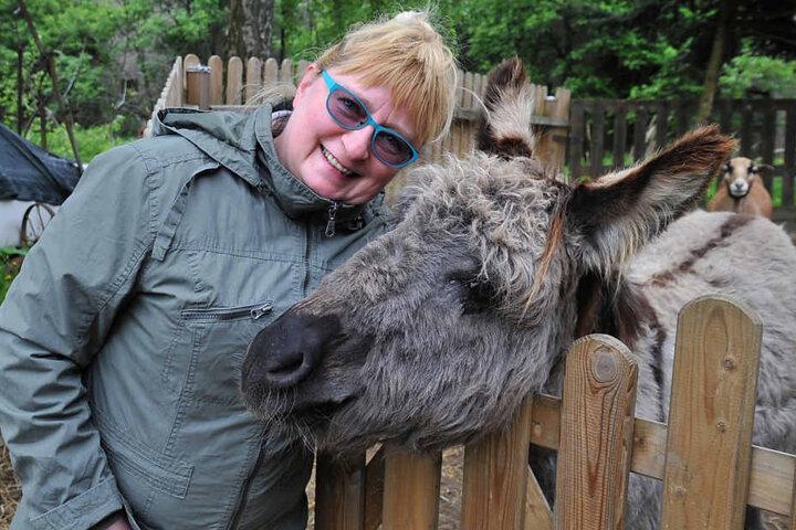 Zwei, die sich mögen: Hobby-Schafzüchterin Birgit May (51) und ihr Wach-Esel Karlo (5).