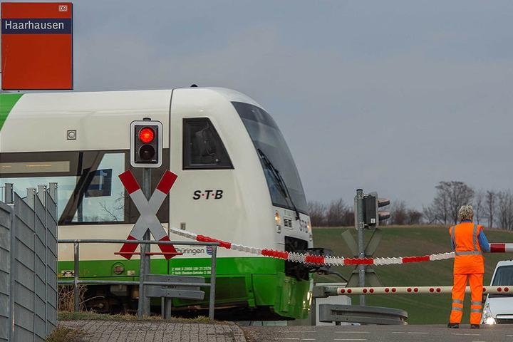 Wie lange die Bahnmitarbeiter noch absichern müssen? Ungewiss.