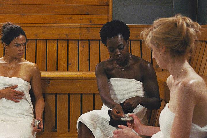 Veronica (M., Viola Davis), Alice (r., Elizabeth Debicki) und Linda (l., Michelle Rodriguez) beratschlagen ihr Vorgehen in der Sauna.