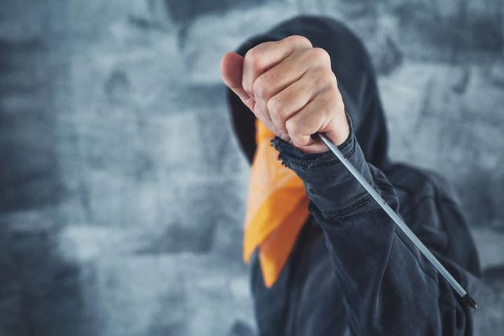 Mehrfach stach der Täter auf sein zwei Jahre älteres Opfer mit dem Schraubenzieher ein (Symbolbild).