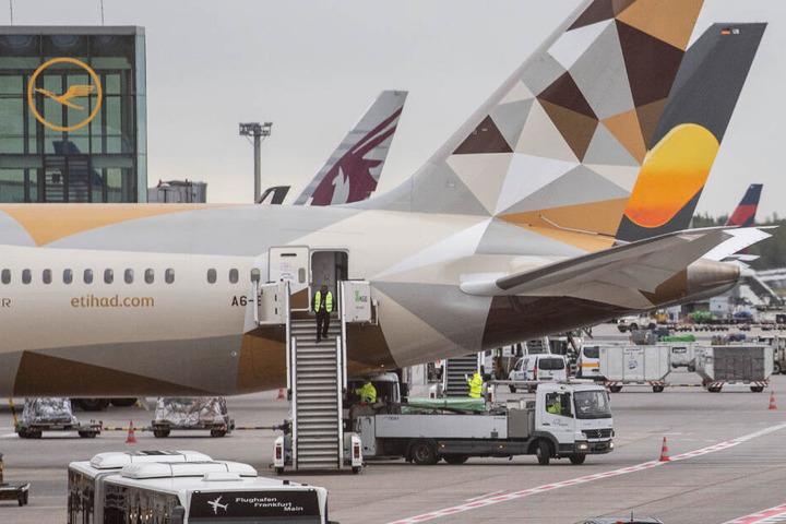 Passagiermaschinen auf dem Vorfeld von Terminal 1 des Flughafens. Nach der Sichtung einer Drohne war der Flugverkehr am Morgen für etwa eine Stunde eingestellt worden.