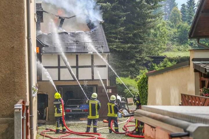 Insgesamt wurden elf Personen aus dem betroffenen Haus und umliegenden Häusern evakuiert.