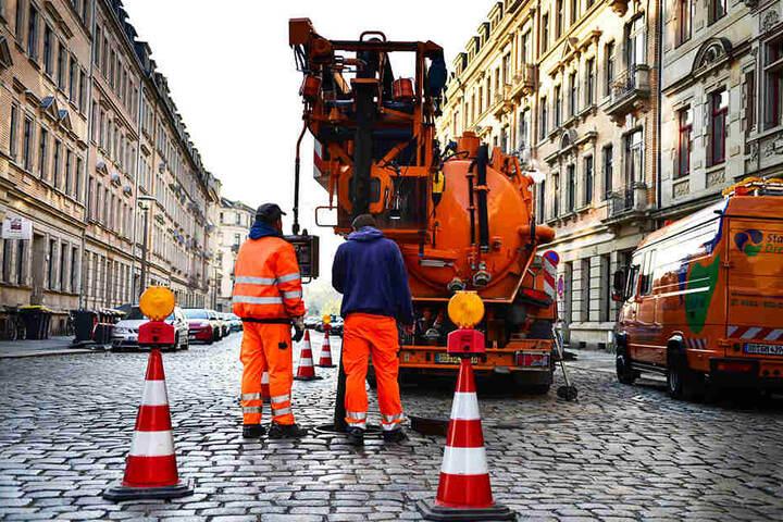 Mitarbeiter der Stadtentwässerung spülten am Mittwoch den Kanal unter der Hertelstraße durch.