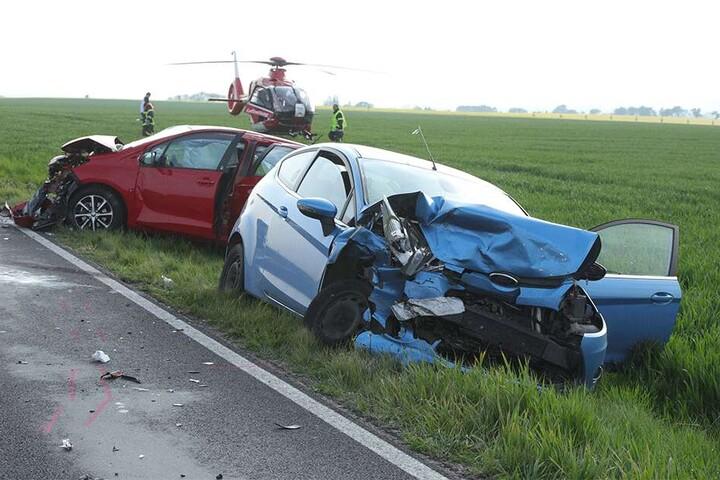 Beide Autos sollen Totalschaden haben.