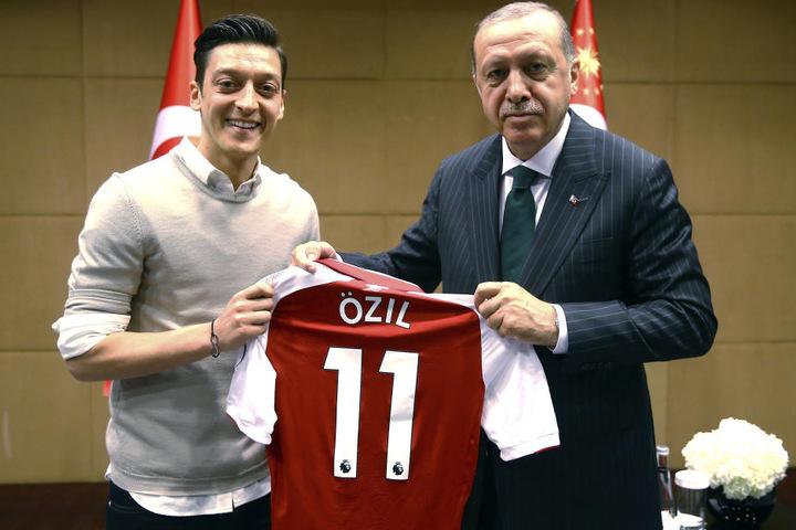 Mesut Özil (l.) überreichte Recep Tayyip Erdogan ein Trikot.