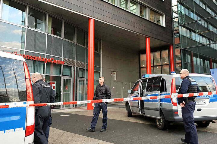 Polizisten sichern das Jugendamt - es war die fünfte Drohung seit Ende Oktober.