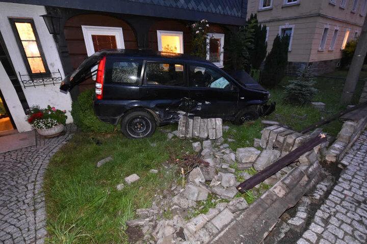 Ein 19-Jähriger krachte mit seinem Honda gegen eine Hauswand. Er und sein Beifahrer wurden leicht verletzt.