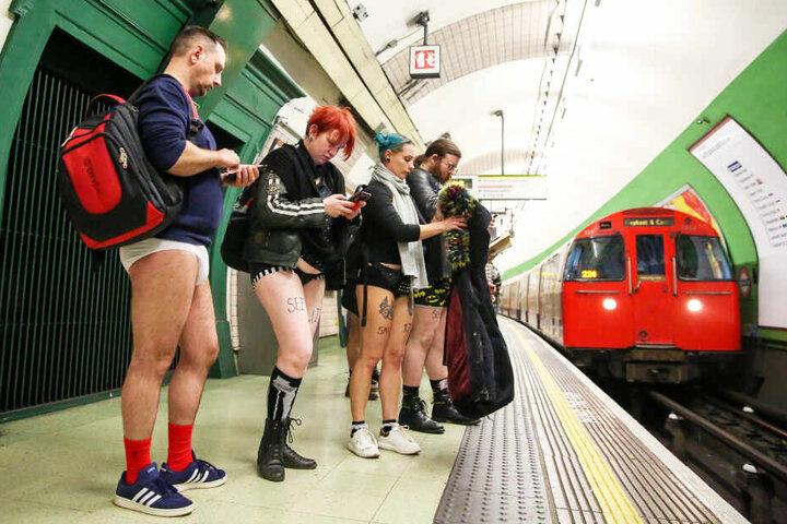 """Bahnfahrer in London (Großbritannien) nehmen am jährlichen """"No Pants Subway Ride"""" teil."""