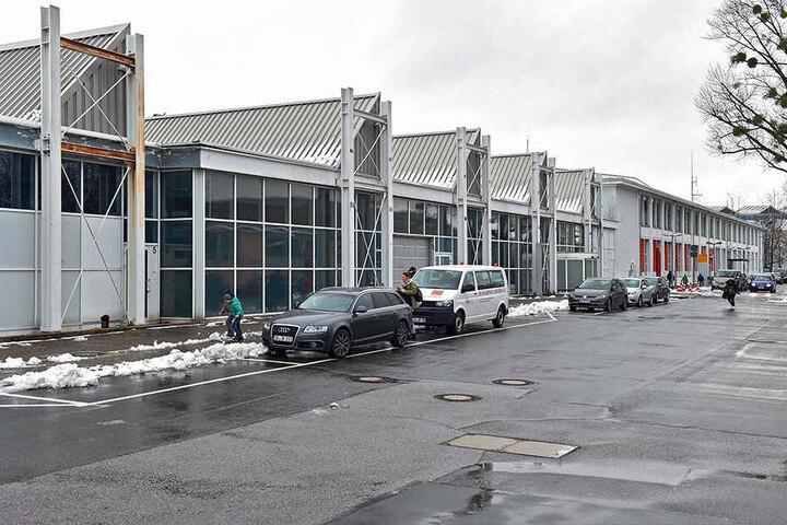 Die Szenekünstlerin schenkt dem alten Terminal eine neue Farbschicht, bald wird das Gebäude aber abgerissen.