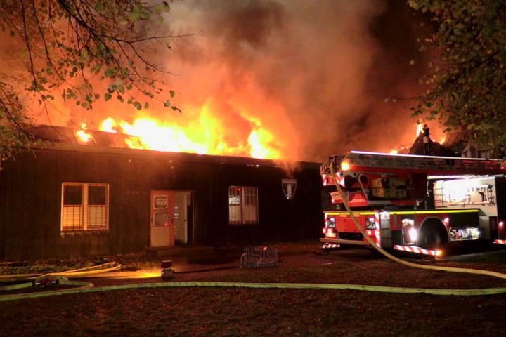 Knapp 100 Feuerwehrkräfte kämpften stundenlang gegen die Flammen.