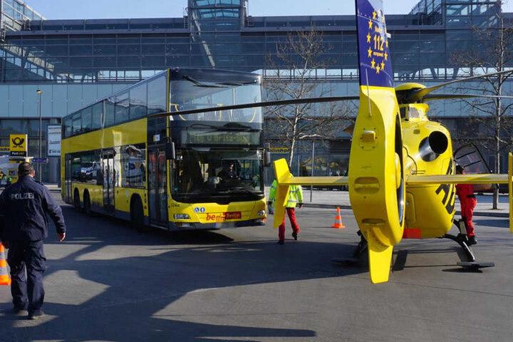 Der Doppeldeckerbus rammte am Freitagvormittag den Helikopter an.