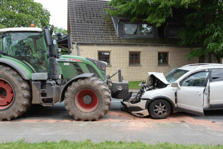 Der Trecker stieß mit einem Auto zusammen.