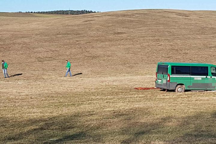 Die Abkürzer fuhren sich nicht unweit des Unfall im Feld fest.