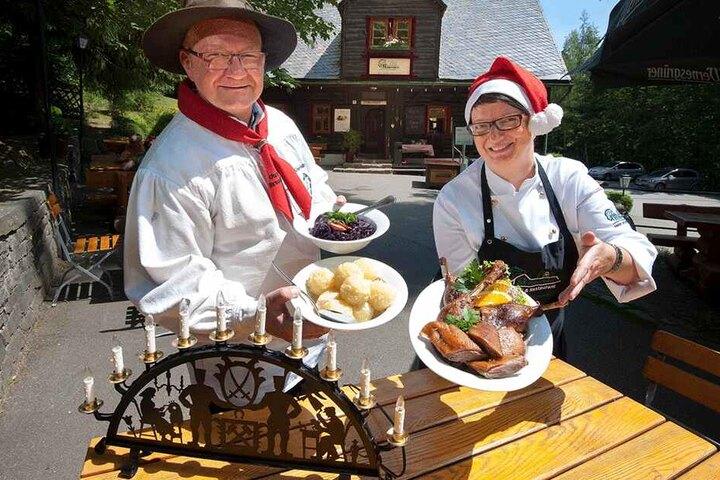 Bei Katrin und Heiko Schmidt (52) in der Köhlerhütte Fürstenbrunn gibt's mitten im Sommer Gänsebraten und Weihnachtslieder.