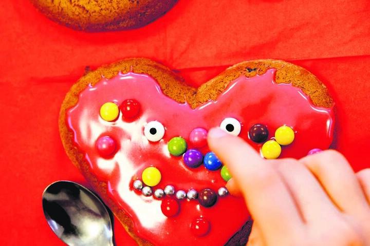 Zuckerguss, bunte Perlen & Augen - schon lacht das Lebkuchenherz der Bäckerei Reimann.