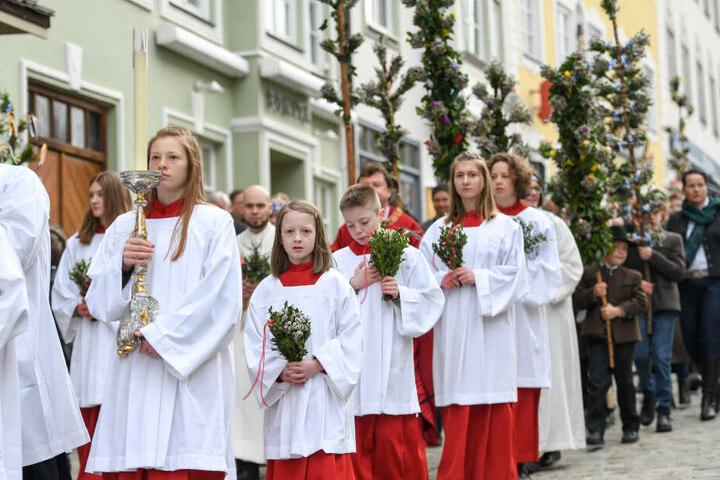 Besseres Wetter in Bad Tölz: Ministranten gehen bei der Palmprozession am Palmsonntag durch die Innenstadt.