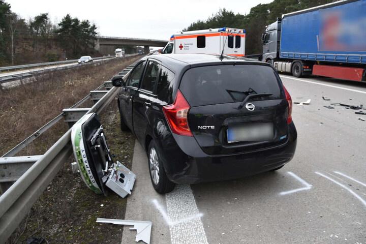 Dieser Nissan wurde anschließend noch touchiert. Der Fahrer blieb unverletzt.