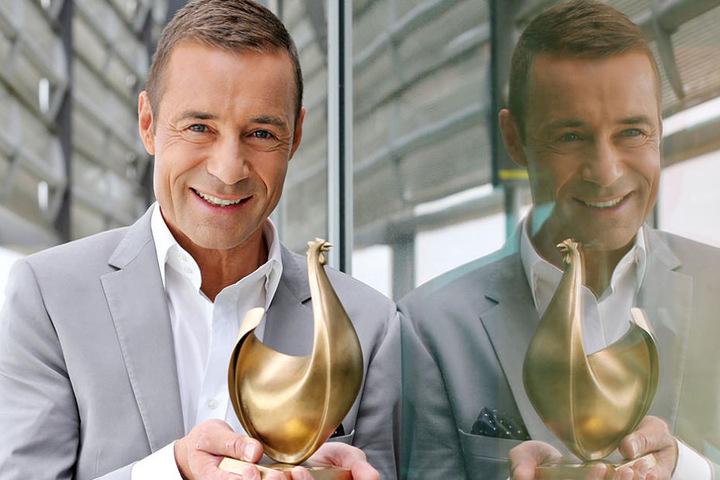 """Moderator Kai Pflaume (49) präsentiert die neue """"Goldene Henne"""", die drei  Kilo schwer und eigentlich aus Bronze ist. Das Berliner Designstudio Monomango  hat sie entworfen."""