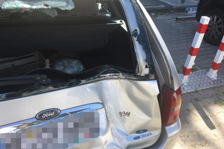 Ein geparkter Ford wurde durch das Ausparkmanöver erheblich beschädigt.