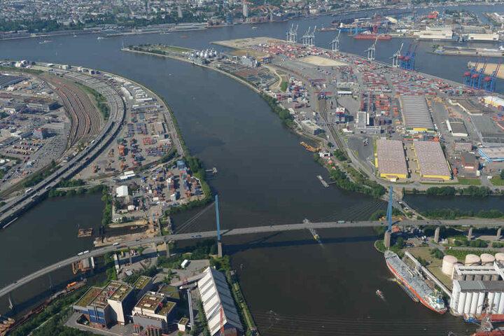 Die Köhlbrandbrücke (vorn) und die A7 sind aus der Luft zu sehen.