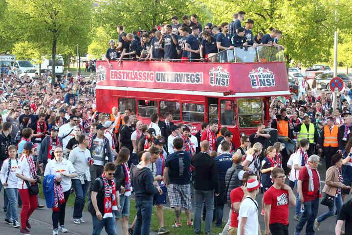 Nach dem Aufstieg in die erste Fußballbundesliga ließen sich die Spieler von ihren Fans feiern.