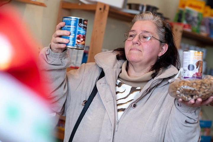 Heike Kilian (51) holt für ihren Hund Bommel (15 Wochen ) Futter.