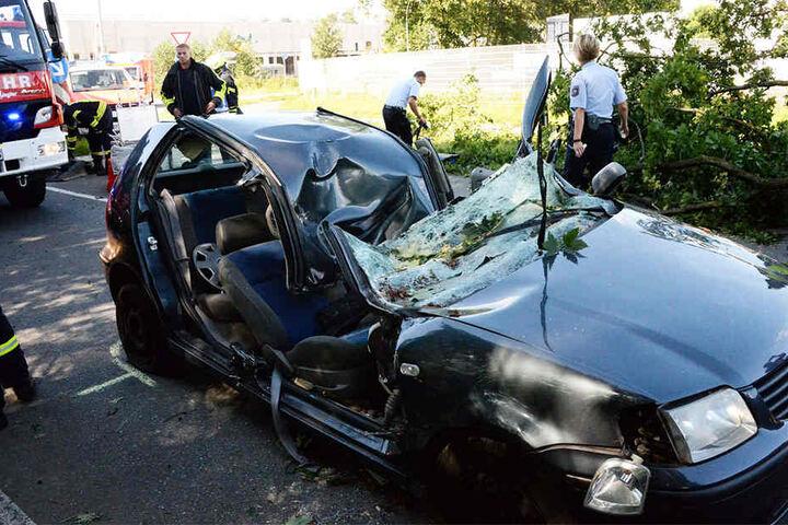Besonders schwer traf es zwei Auto-Insassen in Harsewinkel. Während der Fahrt fiel eine dicke Eiche auf das Dach des Polo.