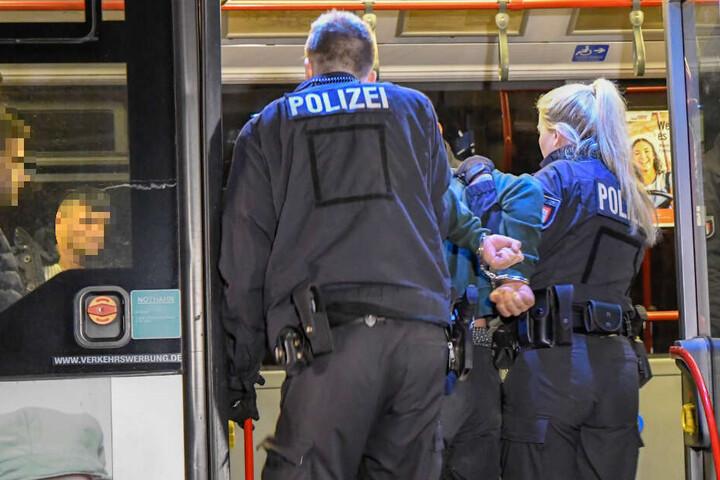 Mit einem Bus wurden die Verdächtigen am Abend zur Dienststelle gebracht.
